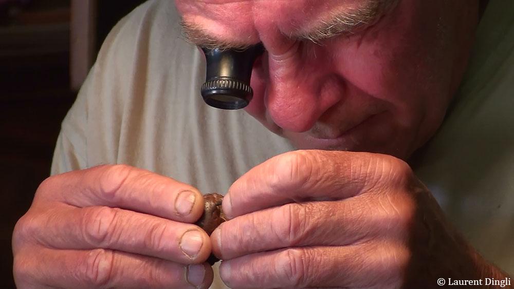 Jean-Yves Gueguen répare un Netsuke