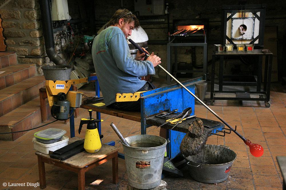 Souffleur de verre au travail - Village de Locronan © Laurent Dingli - Tous droits réservés