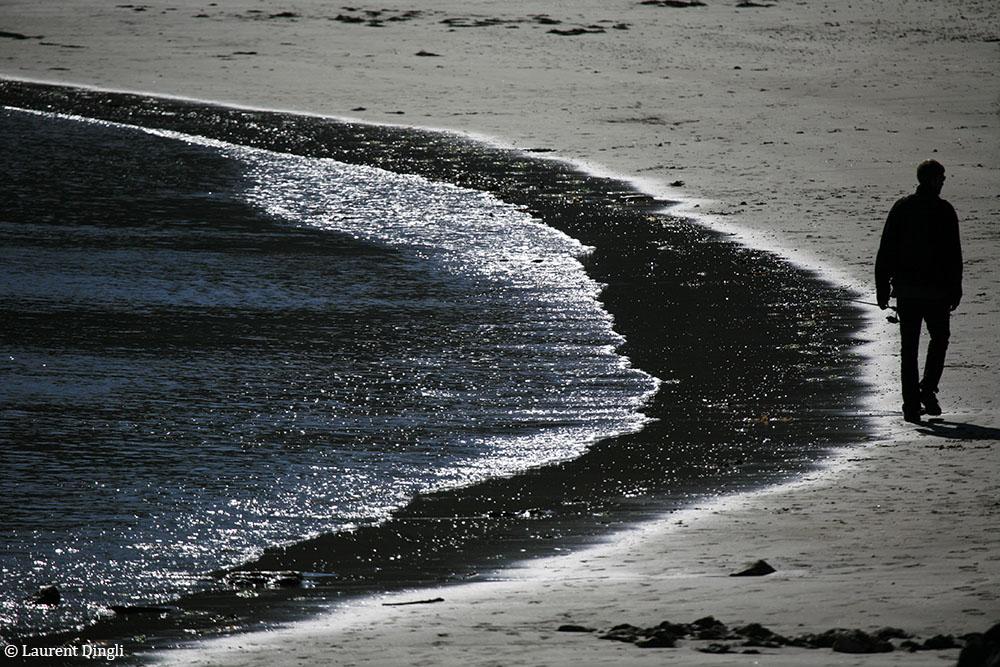 Pêcheur pris à contre-jour sur la plage de Postolonnec © Laurent Dingli - Tous droits réservés
