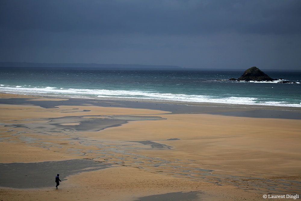 """Un membre de l'équipe de tournage du film """"La ligne droite"""" de Régis Wargnier sur la plage de La Palue © Laurent Dingli - Tous droits réservés"""